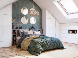 Aménagement d'une chambre sous pente avec placards, tête de lit et cadre de lit