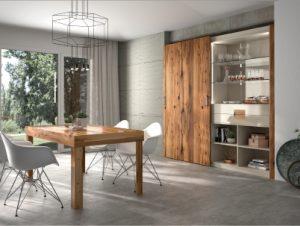 Une grande salle à manger aménagée avec un placard avec porte coulissante
